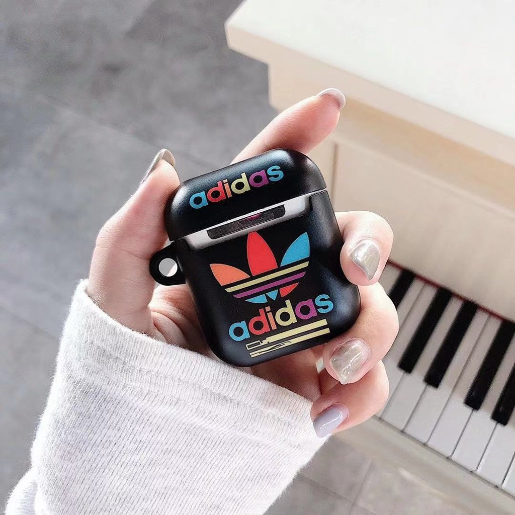 Vỏ Bảo Vệ Hộp Sạc Tai Nghe Airpods 1 / 2 Logo Adidas Xinh Xắn Ốp