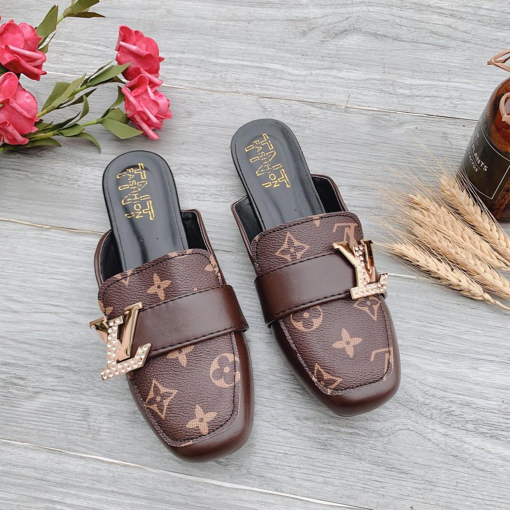 Giày sục mũi vuông nữ da mềm êm chân màu nâu đính khóa L--V hottrend 2021