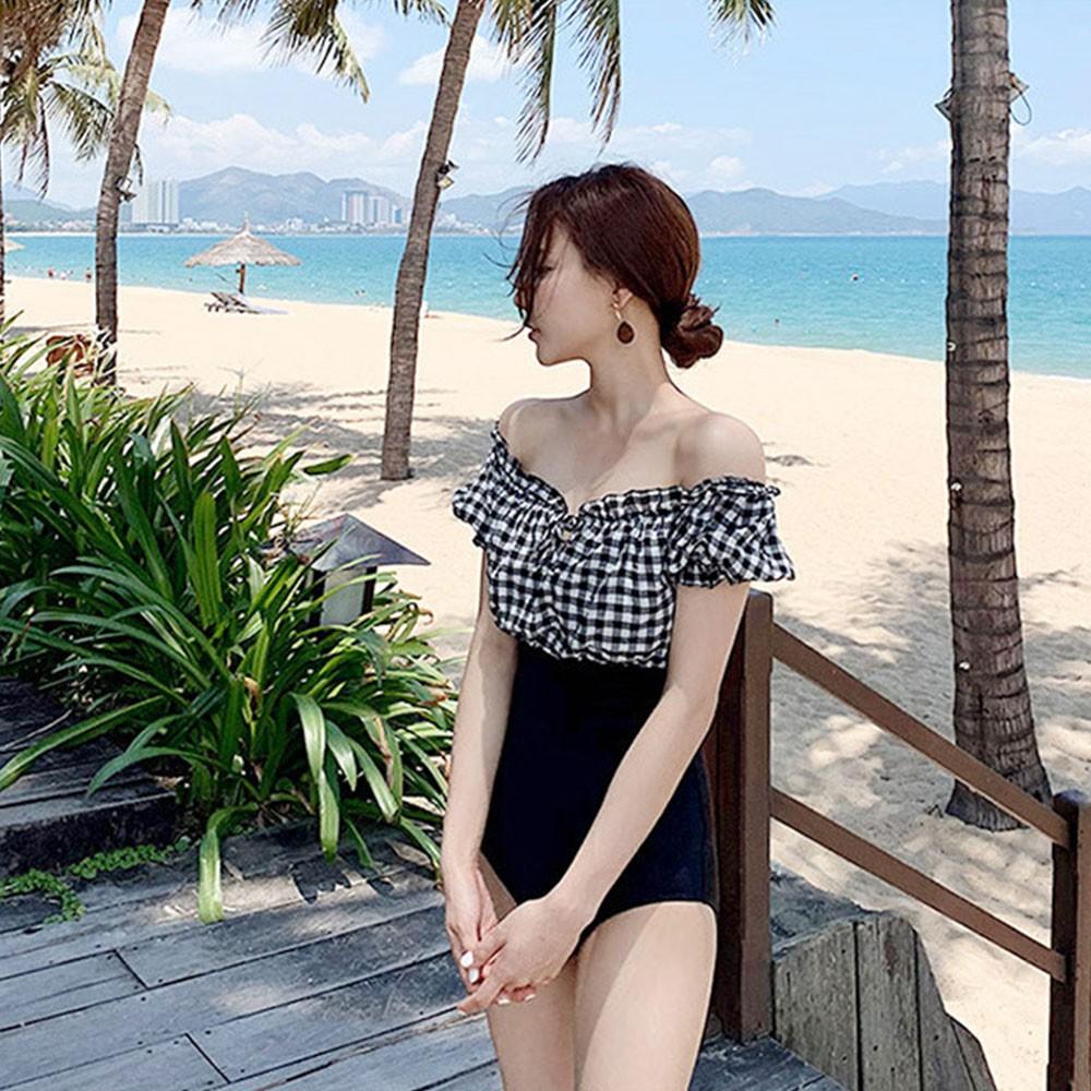 Áo tắm nữ 1 mảnh kẻ trắng đen trong bộ sưu tập đồ đi biển 2021 SPORTY sw2344