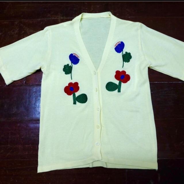 เสื้อไหมพรมคอวีปักดอกไม้