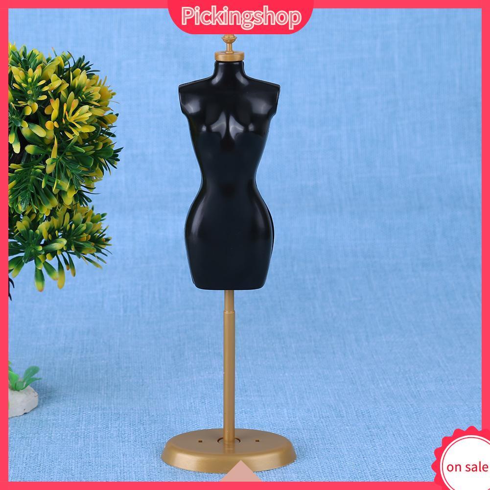 Ma-nơ-canh trưng bày quần áo cho búp bê Barbie