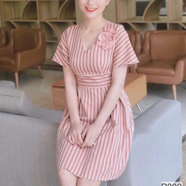 Váy kẻ hồng cổ V đính hoa