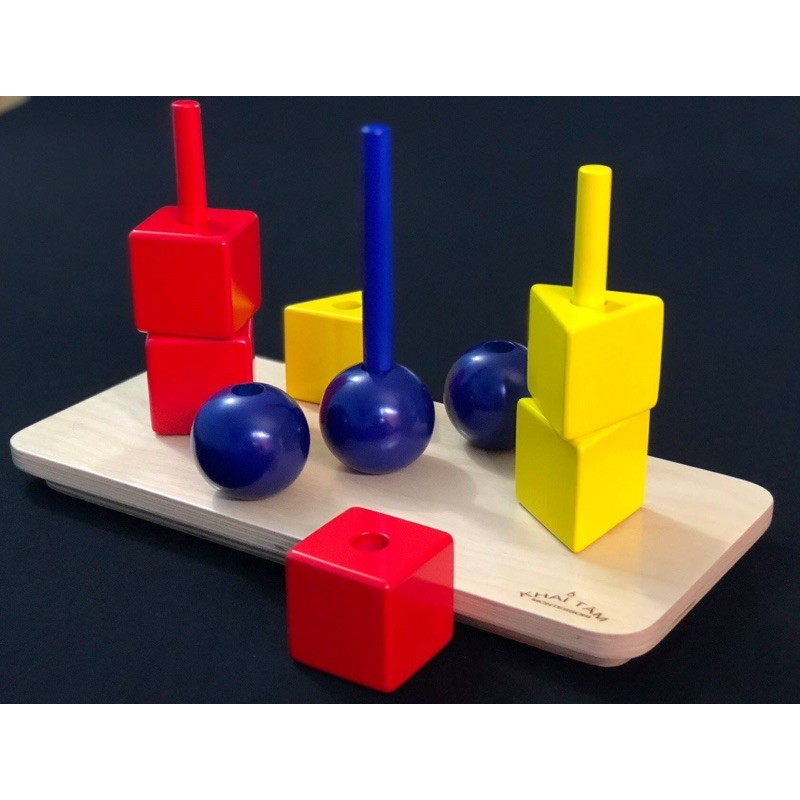 Thả các khối lập phương, lăng trụ tam giác, cầu trên chốt sơn màu ( cubes, spheres, prisms on coloered dowel)