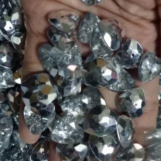 20 nút nhựa hình trái tim long lanh kt 1.5*1.5