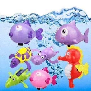 Con vật thả nước dây cót bơi tắm cùng bé