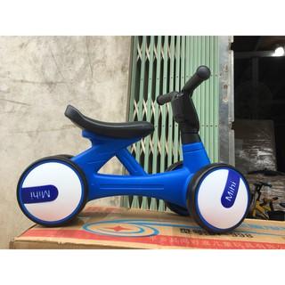 Xe chòi chân mini, xe thăng bằng 4 bánh cho bé (có đèn, nhạc)
