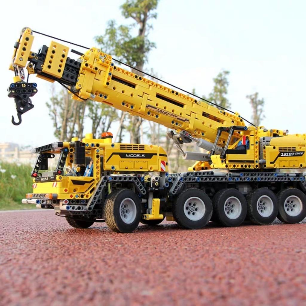 Bộ lắp ráp xe cần cẩu Mechanical Crane Mould King 13107 – điều khiển chạy từ xa