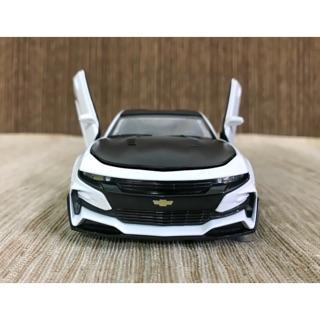 Xe mô hình Chevrolet trắng
