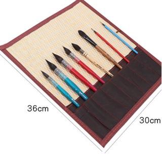 Cuộn mành tre để cọ, bút có dây quấn, cuộn lại rất tiện lợi