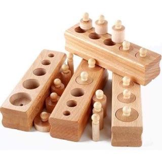 Núm trụ Montessori. Giúp trẻ kết nối các thuộc tính của vật thể để tư duy làm việc cho bé yêu Phát triển kỹ năng cầm nắm