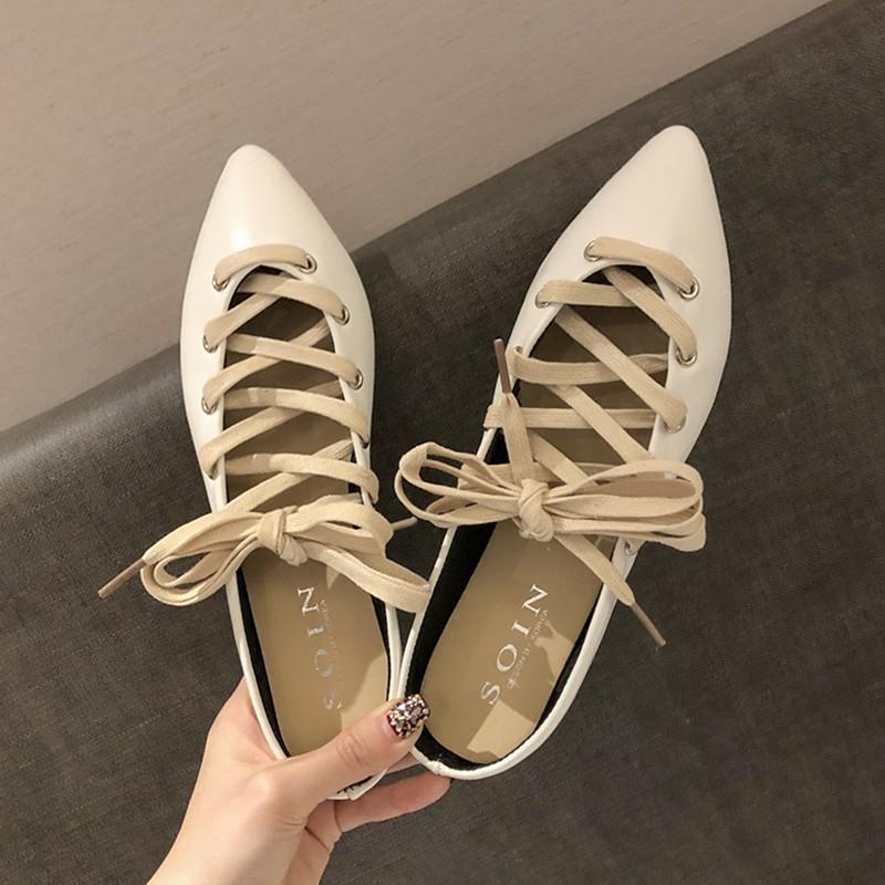 【จัดส่งฟรี】เกาหลีแบนพร้อมสายรัดรองเท้าหญิงป่านักเรียนแหลมลมอังกฤษรองเท้าแบนเก๋น้ำ