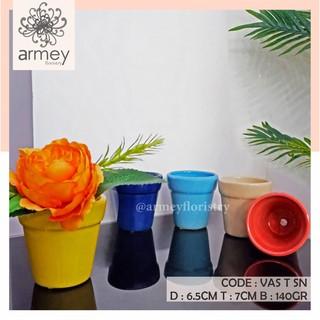 Bình hoa bằng gốm nhiều màu sắc