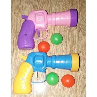 Một cái Súng_bắn bóng bằng nhựa nhiều màu cho bé