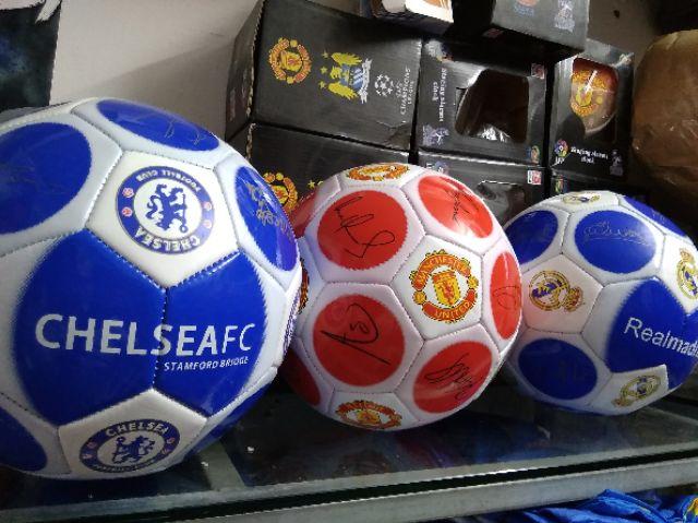 Quả bóng gồm các chữ ký cầu thủ Real Madrid
