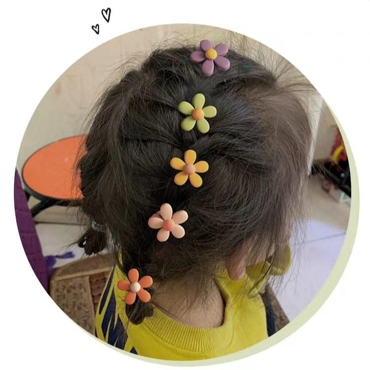 Thun cộc tóc phối hoa phong cách xinh xắn cho bé gái