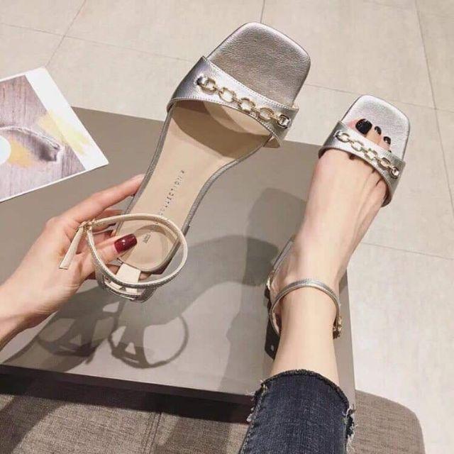 Sandal màu đen và bạc mũi vuông