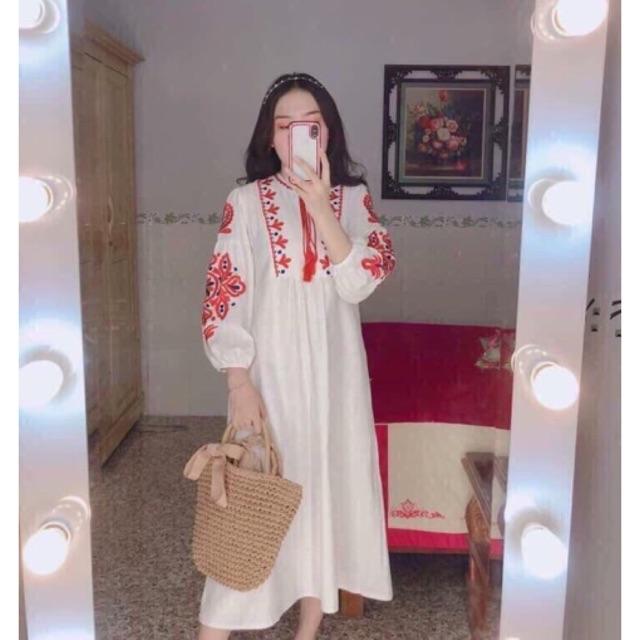Đầm maxi trắng tay phồng thêu thổ cẩm đỏ