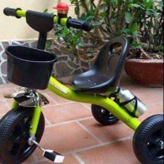 Xe 3 bánh Lốp xe nhựa đặc cứng bền chắc Màu sắc: Đỏ, Xanh dương, ..– Độ tuổi phù hợp: Cả bé trai và bé gái từ 1-5 tuổi.