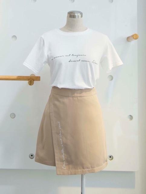 Váy mini thêu chữ