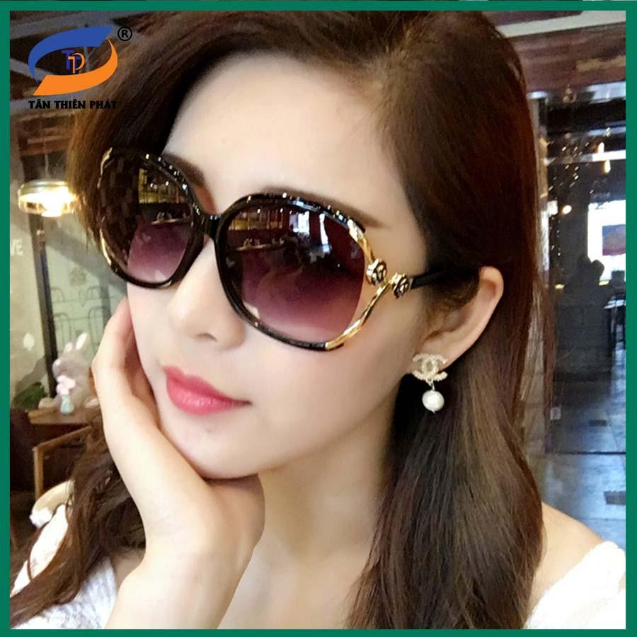 Mắt kính nữ thời trang chống nắng, chống tia UV. Gọng kính ôm mặt, không kén size mặt. Tròng oval ôm mắt, râm và dịu mắt