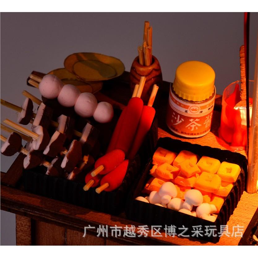 Mô hình nhà búp bê -Gánh hàng rong bán đồ ăn vặt với xúc xích, thịt xiên, màn thầu BBQ
