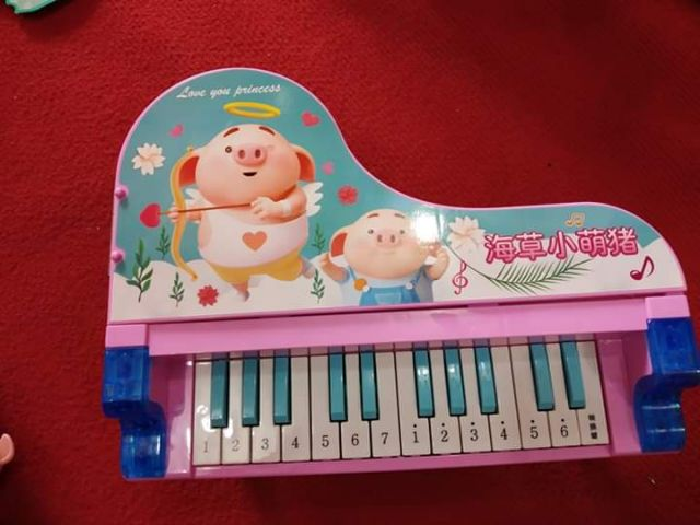 Đàn piano kèm gia đình heo