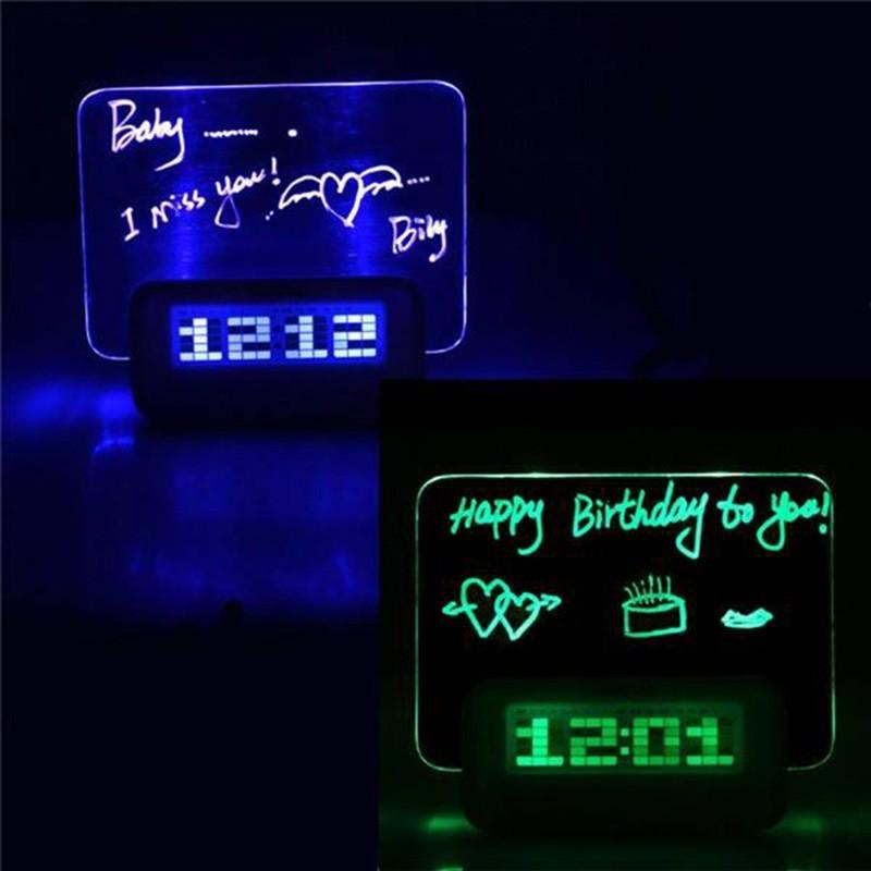 Đồng hồ để bàn phát quang gửi những thông điệp yêu thương