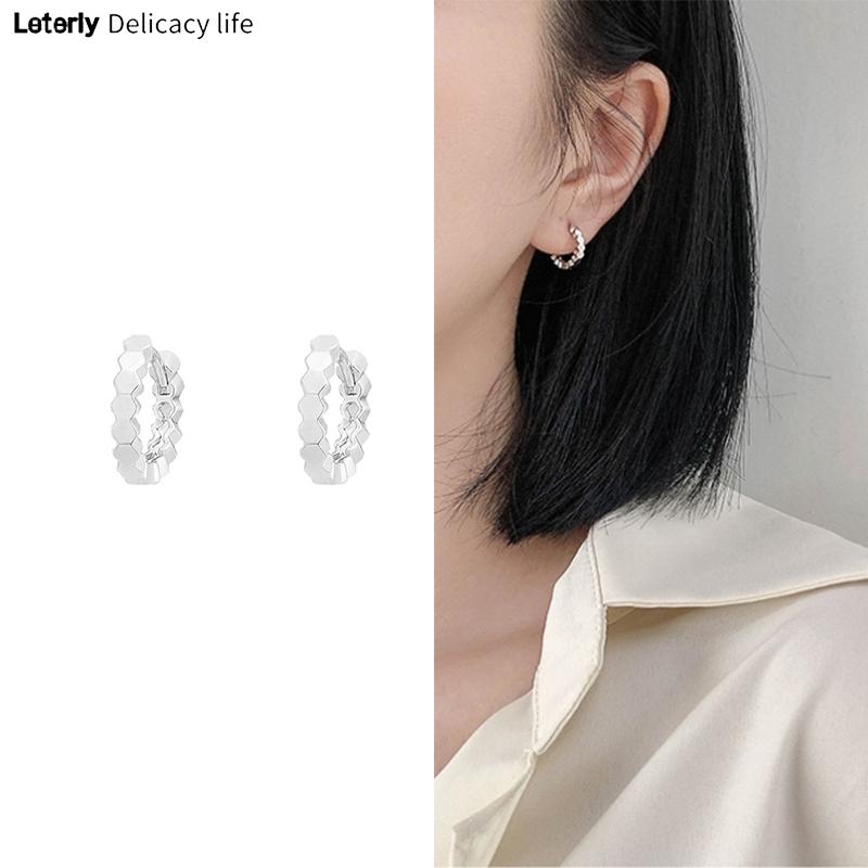 Bông tai nhỏ nhắn thiết kế gợn sóng tinh tế cá tính cho nữ C70