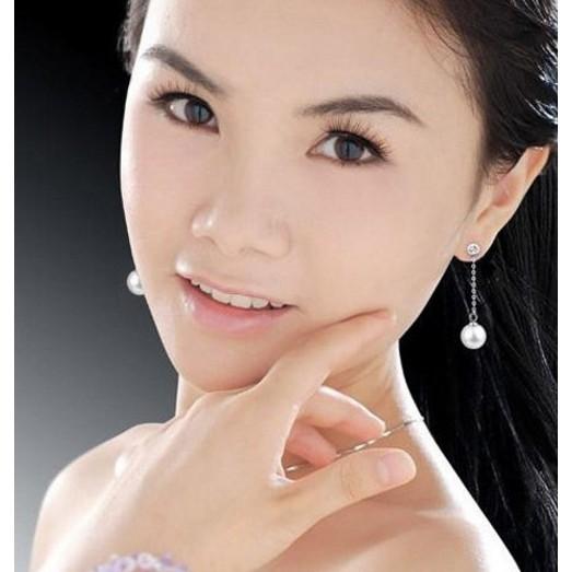 Khuyên tai dài đính đá kết hợp ngọc trai mang tới vẻ đẹp dịu dàng nữ tính và sang trọng