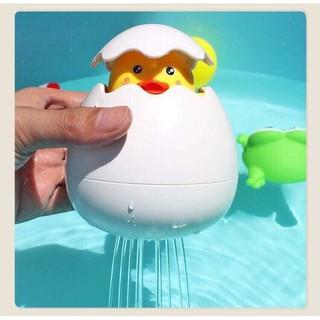 Trứng nổi dưới nước tắm cùng bé
