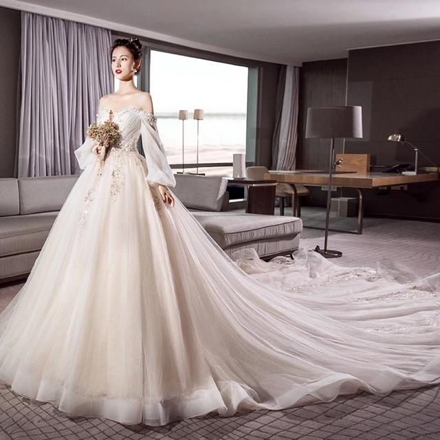 Mẫu váy cưới trễ vai gợi cảm phù hợp với cô dâu hiện đại