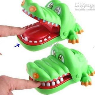 Cá sấu cắn tay