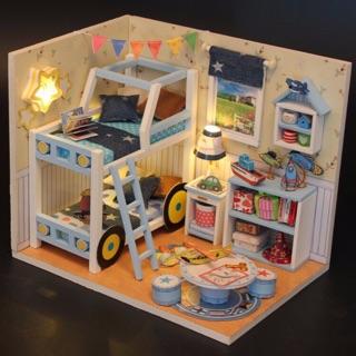Bộ mô hình căn phòng búp bê bằng gỗ – Phòng bé trai (tặng kèm mica, keo)