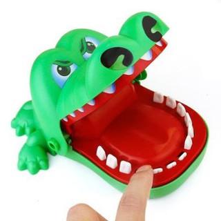 Bộ đồ cá sấu cắn ngón tay