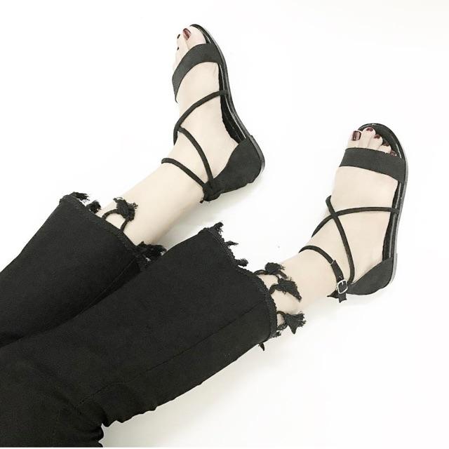Sandal dây chéo