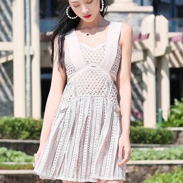 Váy ren lỗ hai dây bản to