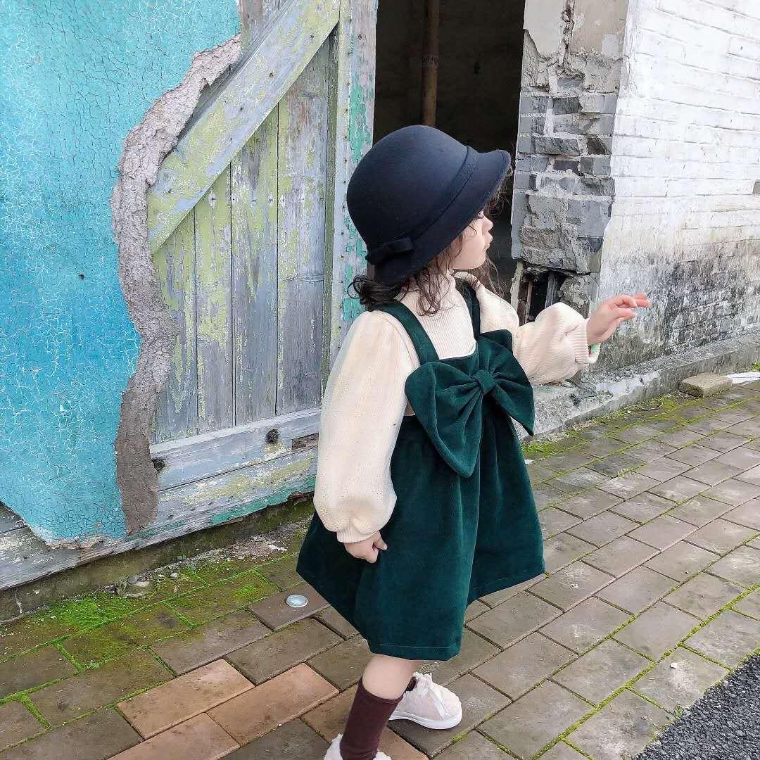 Bộ trang phục hai mảnh gồm áo thun và đầm hai dây vải nhung dễ thương thời trang Hàn Quốc dành cho bé gái