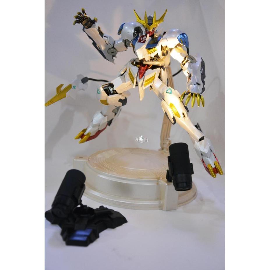 Mô hình Gundam Base trưng mô hình màu ngọc trai