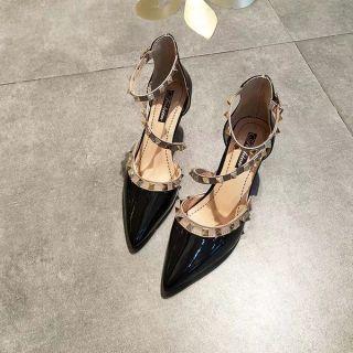 Giày cao gót da bóng mũi nhọn gắn đinh tán