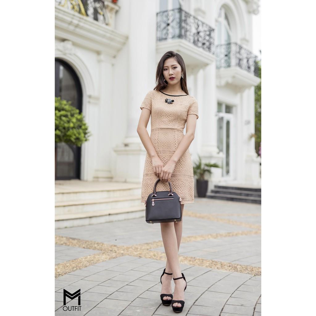 Đầm ren màu nude viền cổ đen
