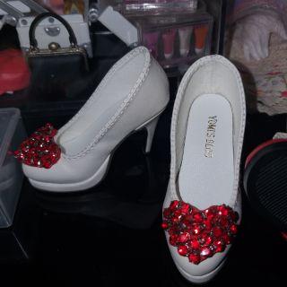 Giày cao gót trắng đính đá đỏ cực sắc nét và óng ánh cho búp bê BJD 1/4