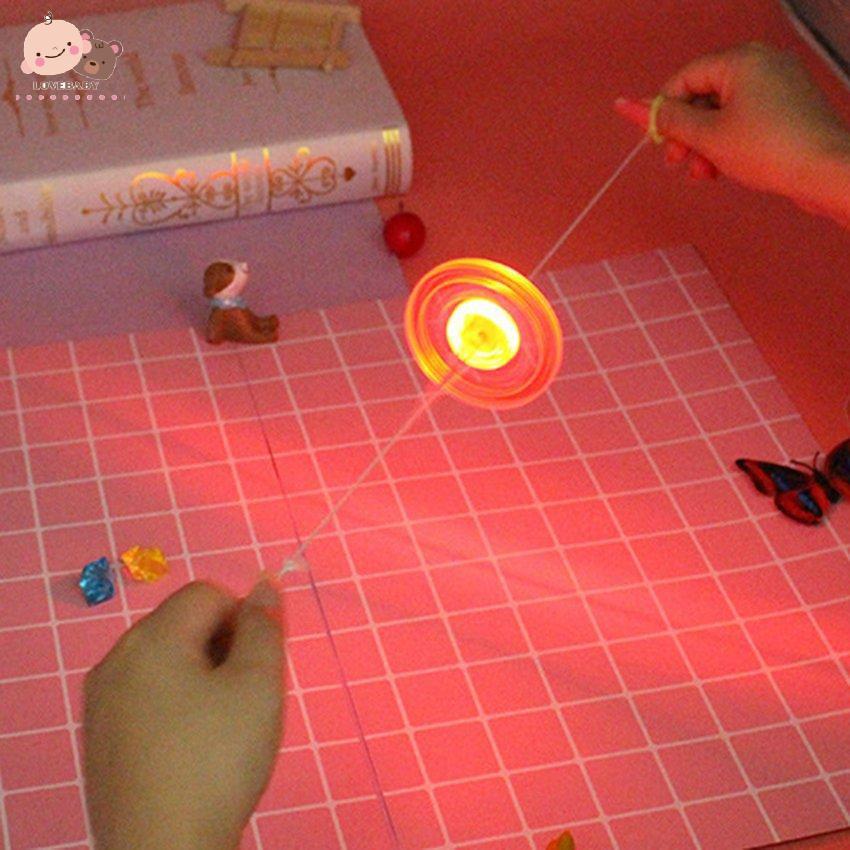 Đồ chơi bánh đà kéo dây trang trí LED sáng tạo dành cho bé