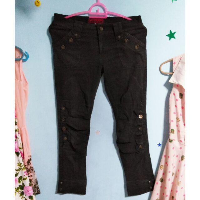 กางเกงยีนดำแต่งกระดุมขายาว