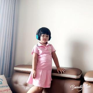 Đầm bé gái  được thiết kế cổ áo sơ mi, tay ngắn, cài nút, trông thật xinh. Phần váy dạng xòe, xếp ly.(maithichinh)