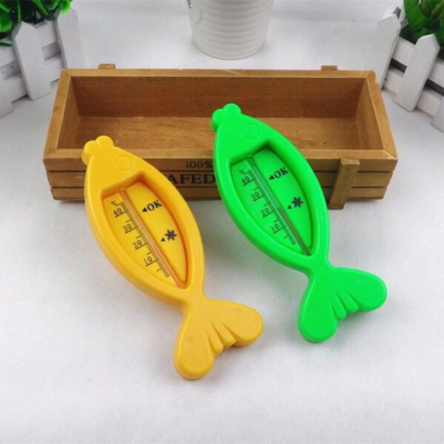 Đo nhiệt độ nước tắm cho bé hình cá