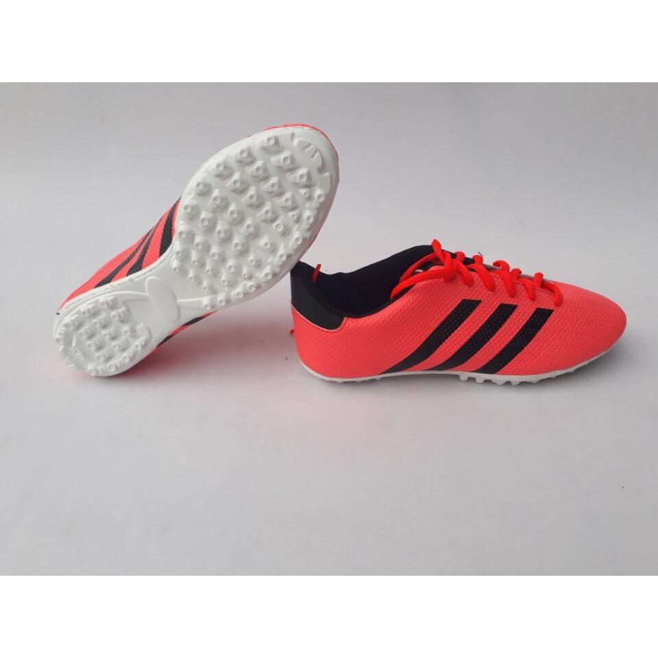 Giày đá bóng trẻ em sân cỏ nhân tao ba sọc màu hồng