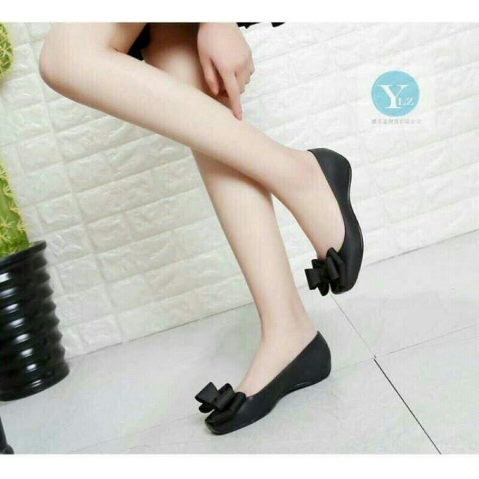 Giày nhựa thơm đen nơ to đen ( chỉ còn 1 đôi đen size 37)