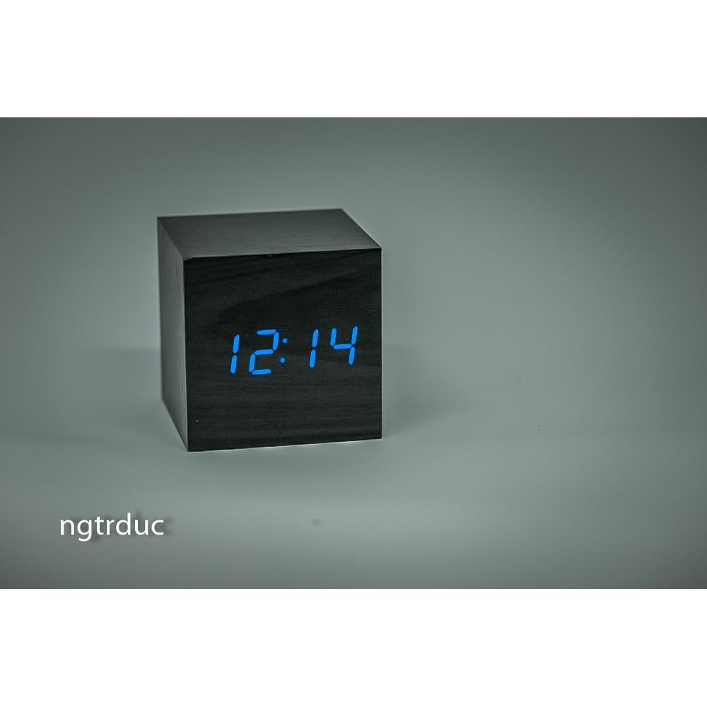 Đồng hồ gỗ LED để bàn vuông