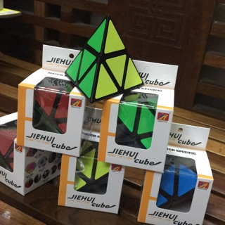 Rubik tam giác màu sắc