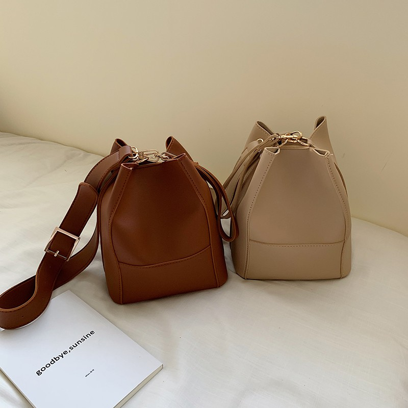 Summer small bag female 2019 new Korean version of the solid color slung bucket bag tide wild air single shoulder broadb
